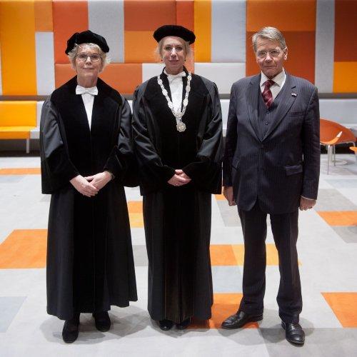 Spreker Heleen Zorgdrager, rector Mechteld Jansen en voorzitter van de raad van toezicht Piet Hein Donner tijdens de Dies Natalis 2019.